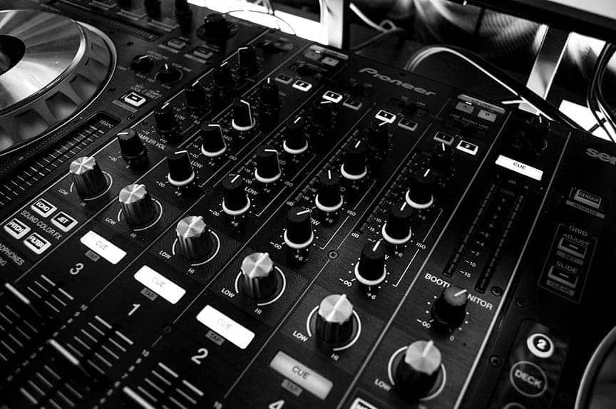 Cómo usar un mezclador de música DJ