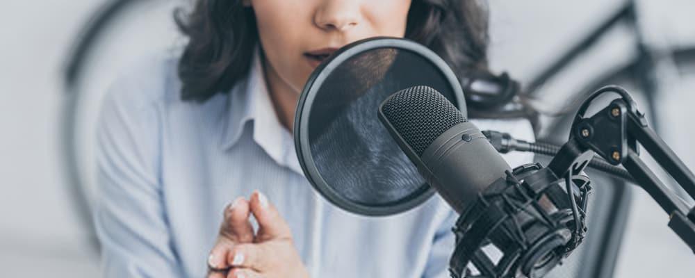 Mujer hablando por el micrófono