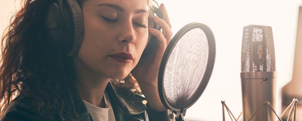 Mujer en el estudio de grabación