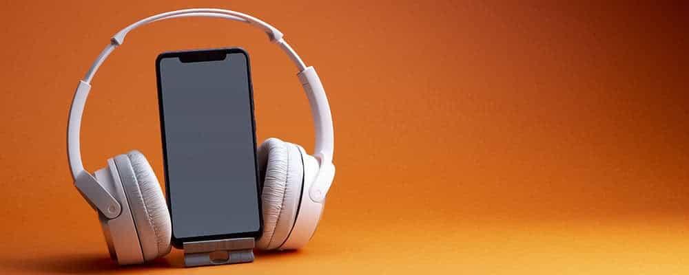 Auriculares y smartphone blancos