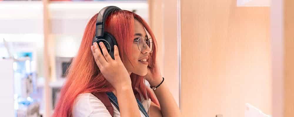 Mujer probándose nuevos auriculares