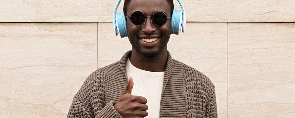 Hombre africano, con, pulgar arriba