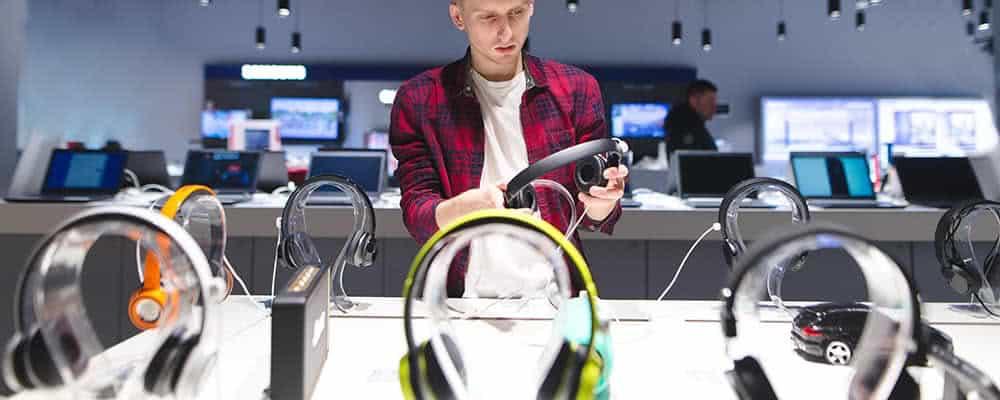 Hombre eligiendo auriculares