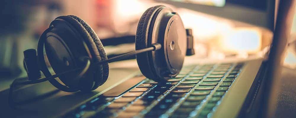 Laptop y auriculares