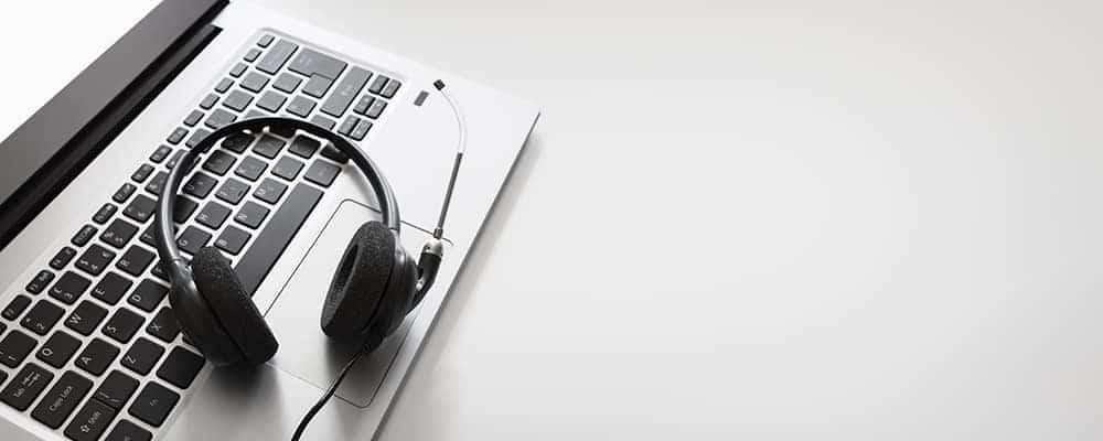 Auriculares en una computadora portátil