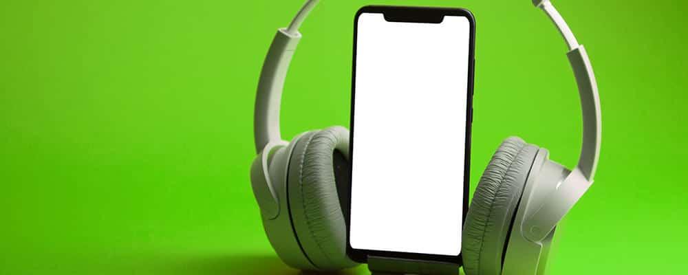 Auriculares blancos en smartphone
