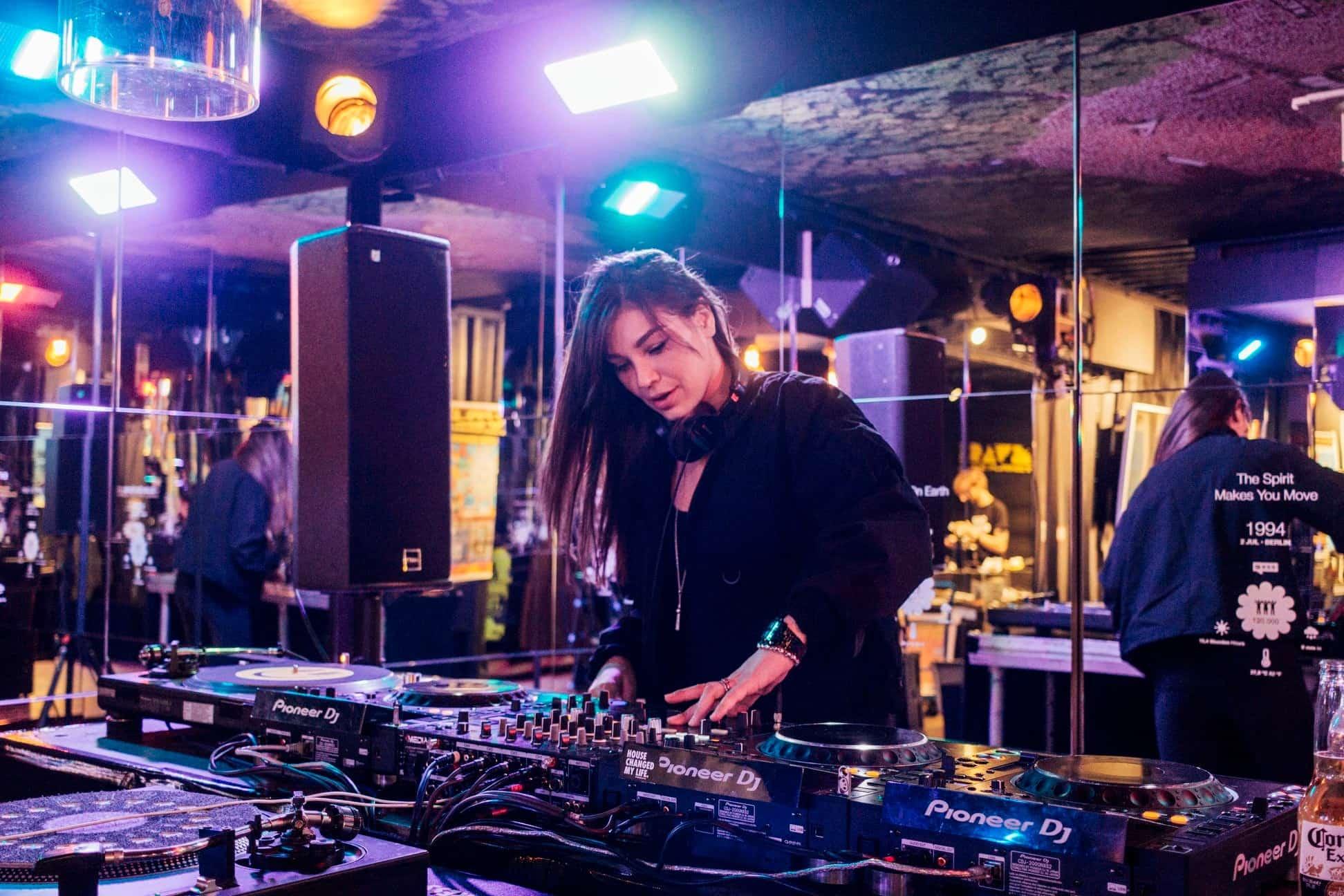 """Simina Grigoriu comparte ideas del DJ: """"La experimentación es la clave. Experimente TODO"""". 21"""