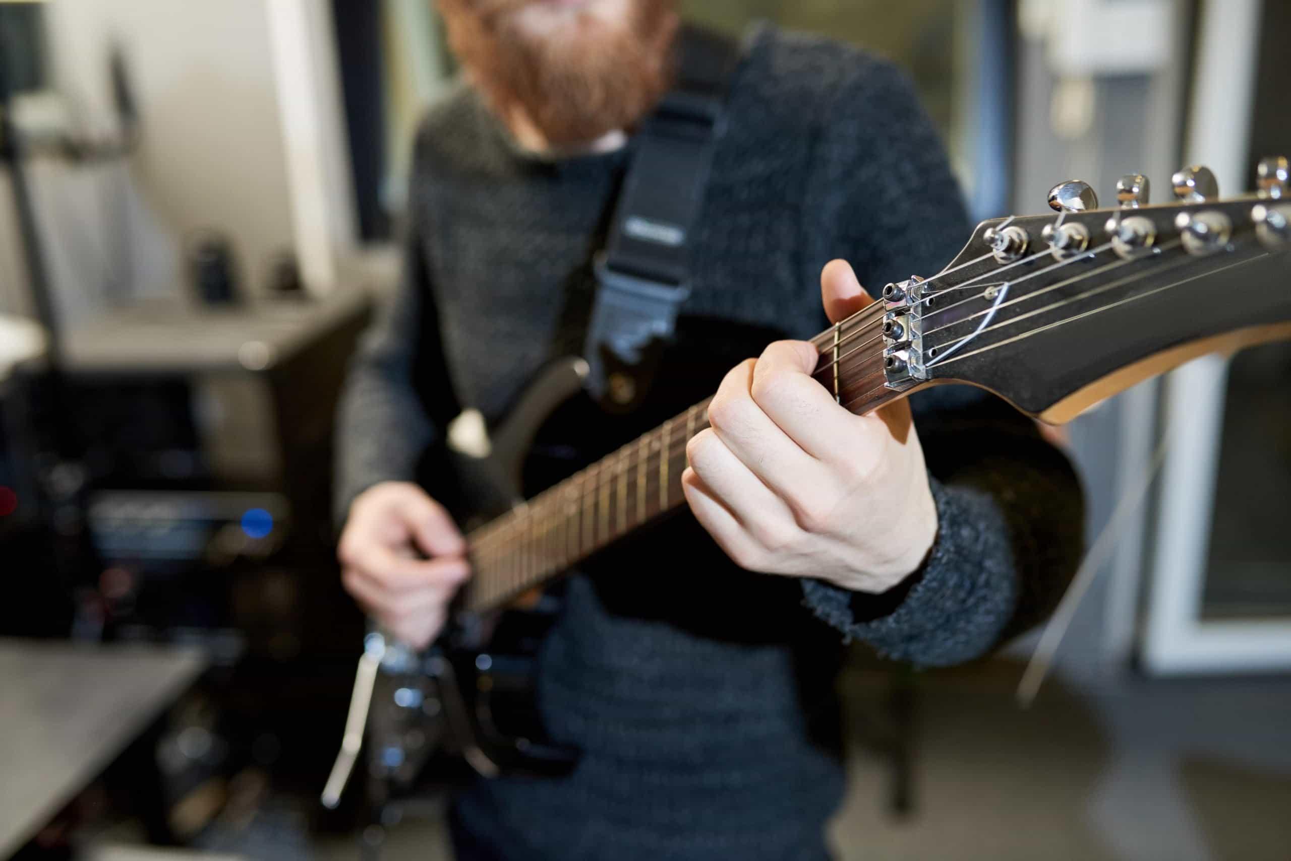 Tocar la guitarra de pie