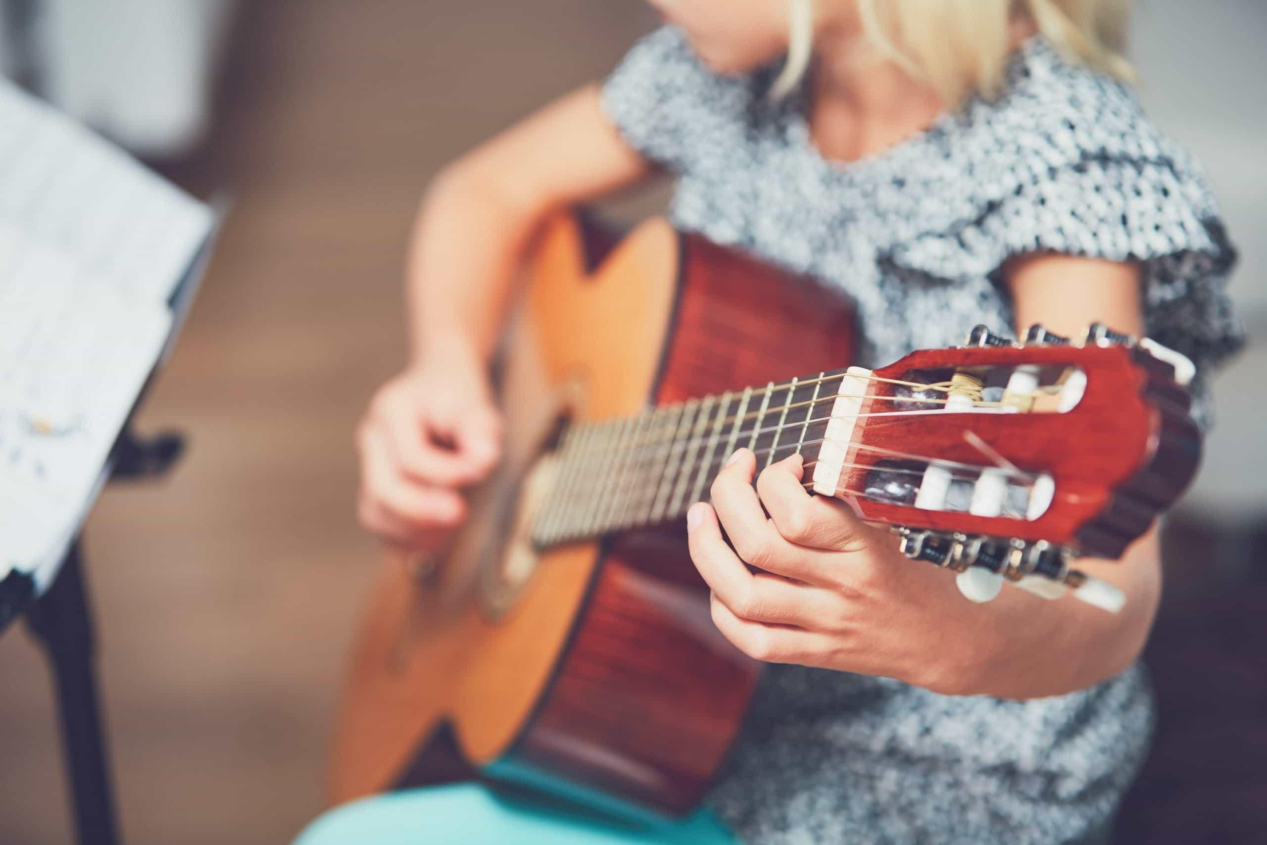 Cómo sujetar correctamente una guitarra 5