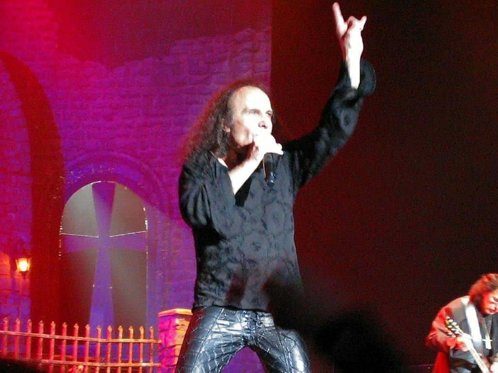 Dio Throwing Horns