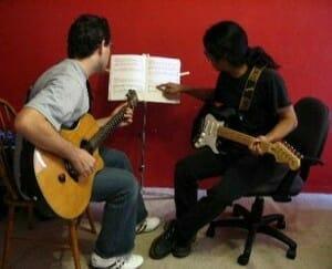 Aprende canciones de guitarra que te ayudarán a aprender a tocar la guitarra. 9
